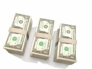 trzy paczki dolarów
