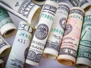 banknoty w rulonikach