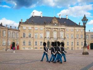 zmiana warty przed pałacem