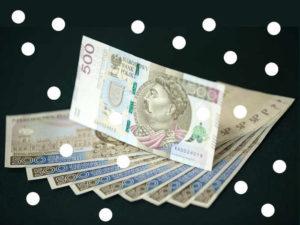 banknoty i białe kropki