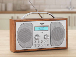 radio w drewnianej skrzynce