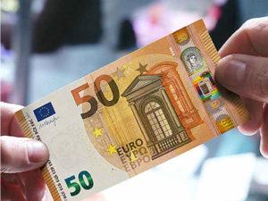 banknot i dłoń
